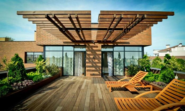 terrassengestaltung ideen große terrasse chaislongue aus holz stabil sicher schön pflanzenecke