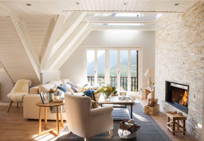 dekorationsideen, dachgeschosswohnung dekorieren, schönes sofa mit sessel dazu, kamin, fenster