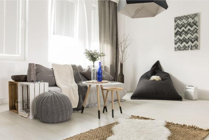 deko wohnzimmer modern, weißes zimmer mit grauen möbeln, vorhänge, schwarzer sessel, wanddeko