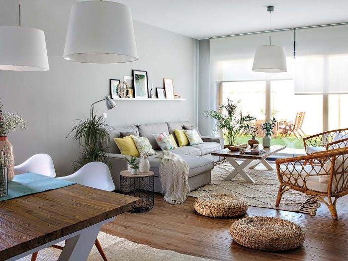 deko wohnzimmer modern, deko ideen, bodenkissen auf dem boden, sessel, sofa grau, kissen, blumen