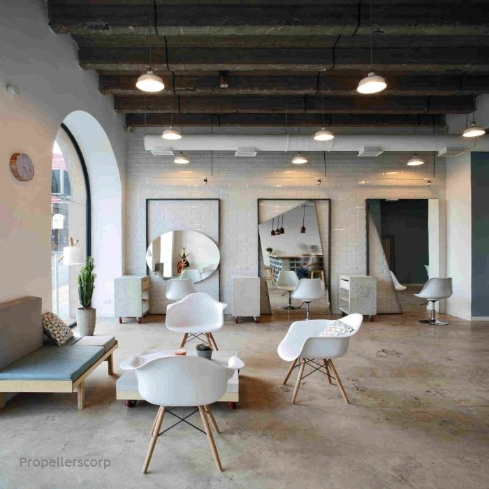wohnzimmer ideen modern dezente und minimalistische deko ideen, weiße stühle, sofa, spiegel