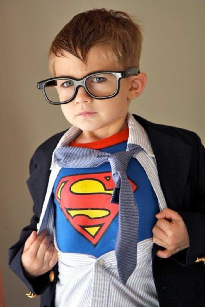 DIY Faschingkostüm - die Kinder bewundern Superhelden und ein solche Verkleidung