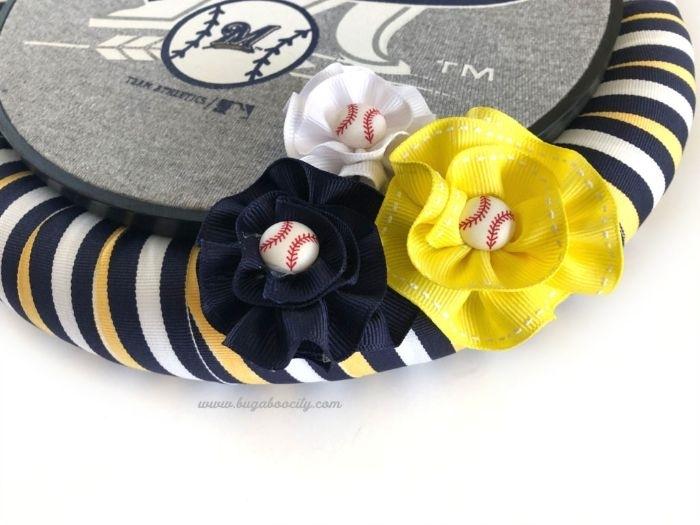 idee kreativ, bodenkissen deko ideen, kleine baseballbälle, auf blumen aus stoff ankleben