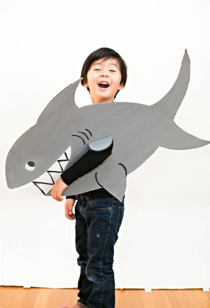 ein Kostüm aus Karton selber machen - Haifisch für kleinen Jungen