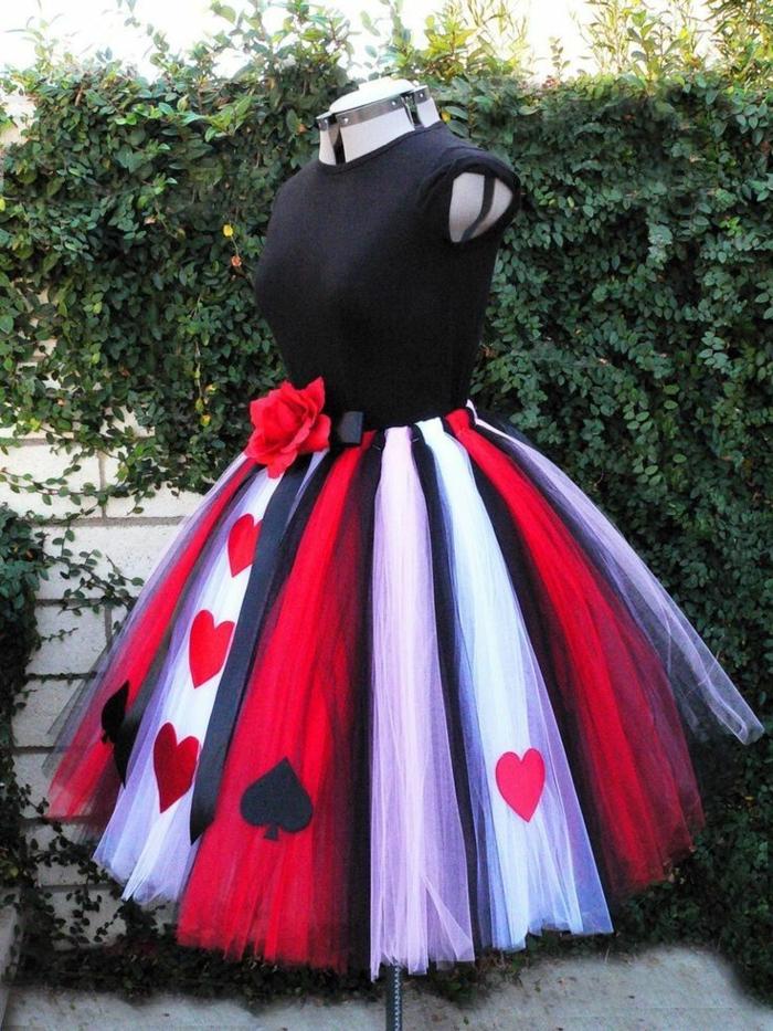 ein Kleid als Kostüm selber machen mit einer Rose, schwarze Bluse und bunter Rock im Garten