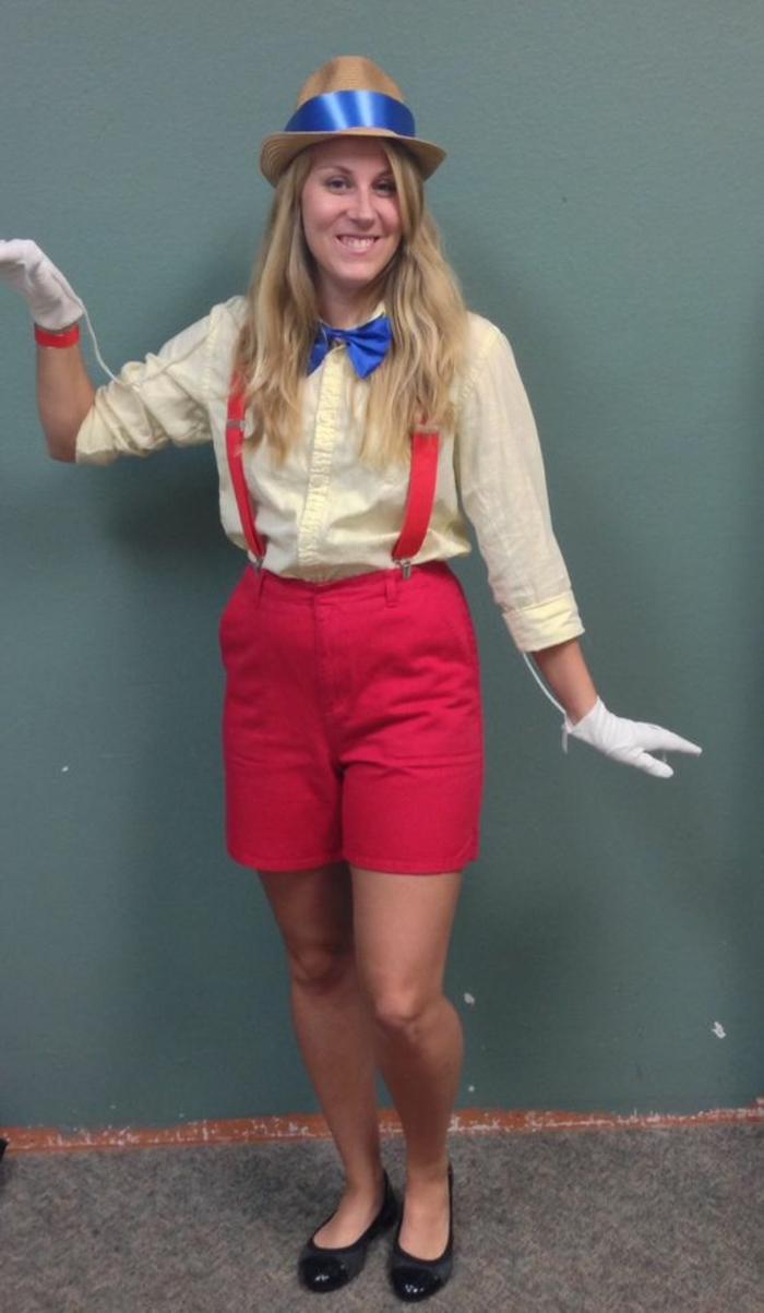 Kostüm selber machen - weiße Handschuhe, brauner Hut, schwarze Schuhe rote Shorts und blaue Flügel