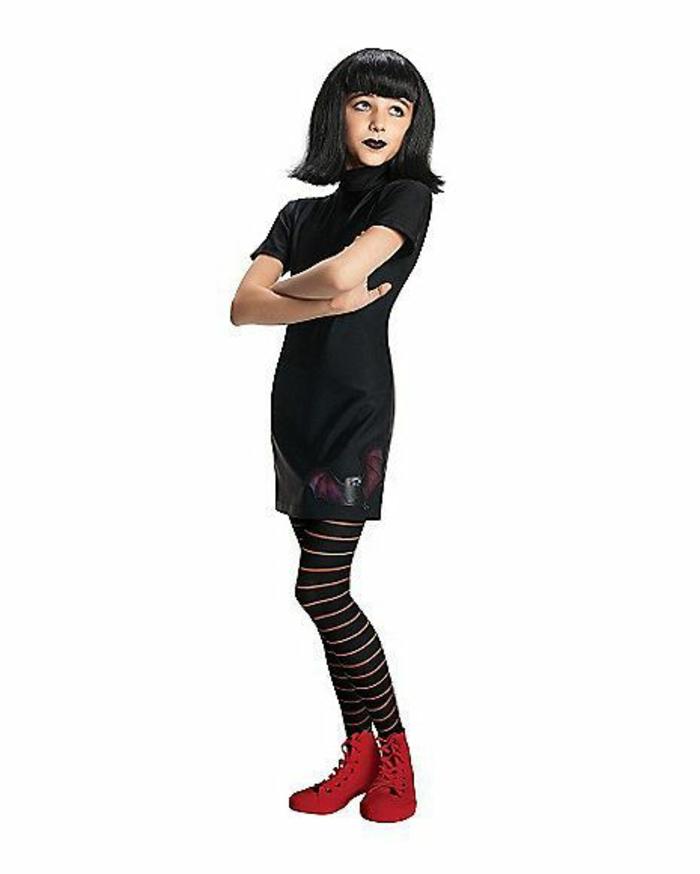 schwarzes Kleid, schwarze Perücke, schwarzes Make up, rote Schuhe - DIY Kostüm
