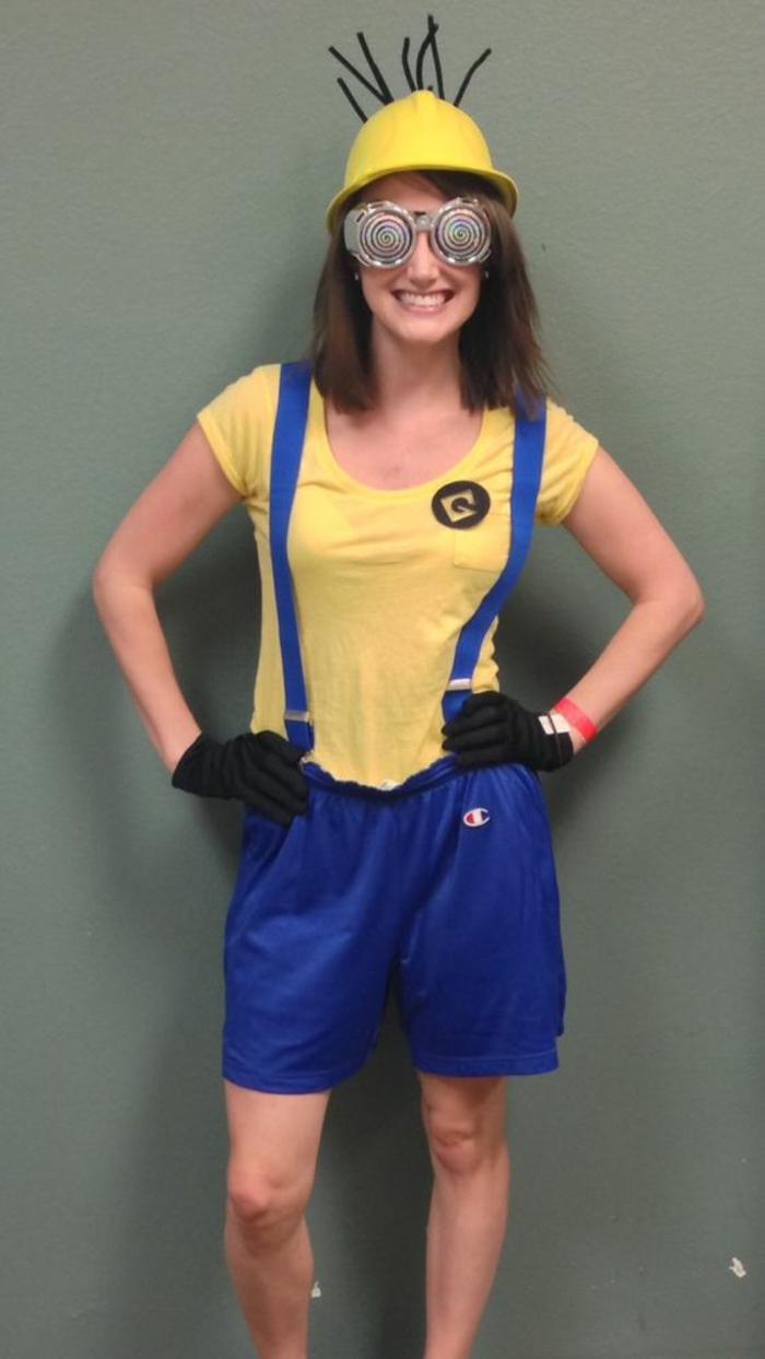 die neuesten beliebten Helden die Minions - ein Mädchen mit DIY Kostüm von denen