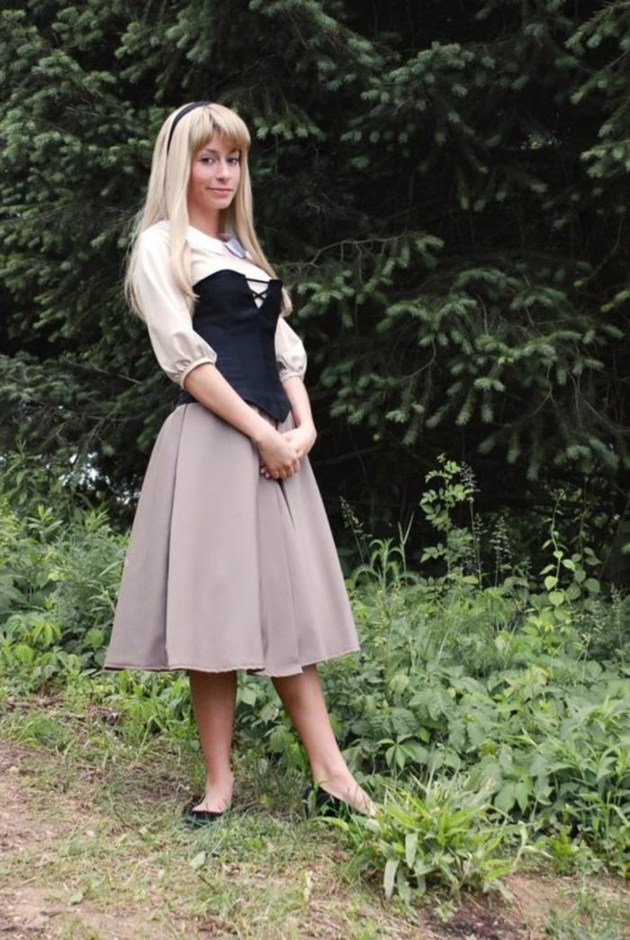 Faschingskostüme zum Selber Machen - beiger Rock, weiße Bluse, blonde Perücke