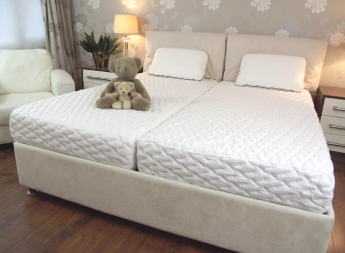 ein Doppelbett mit zwei Einzelmatratzen aus hochwertigen Materialien