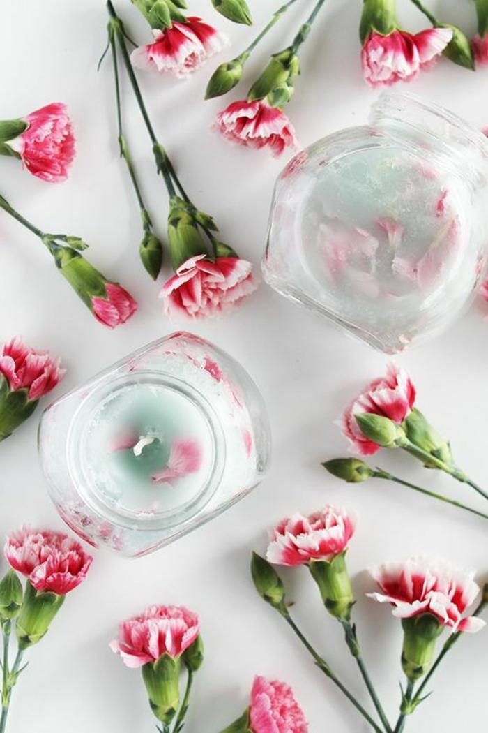 kerzen selber machen - behälter aus glas mit kerzen, rosa blumen