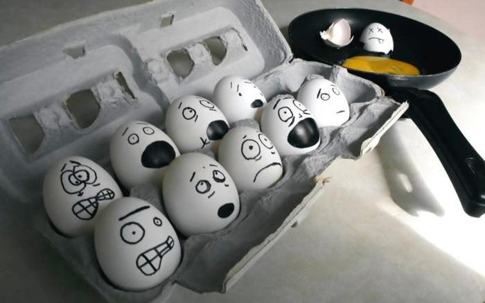 die Entsetzung von den Eiern in einem Eierkarton, wenn Sie Spiegelei sehen