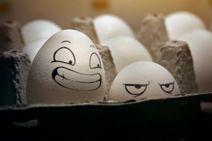 im Eierkarton gibt es zwei Eier die der Maler mit verschiedenen Mienen bemalt hat