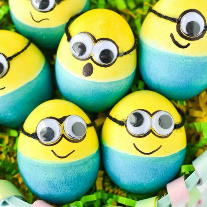 Bilder Ostereier in gelber und blauer Farbe wie Minions, Helden aus Zeichentrickfilm