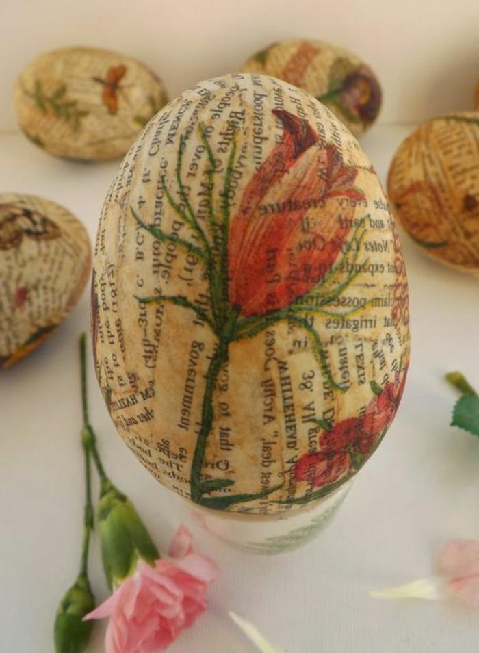 mit alter Zeitung das Ei umzuhüllen und darauf eine Rose zu bemalen - Serviettentechnik