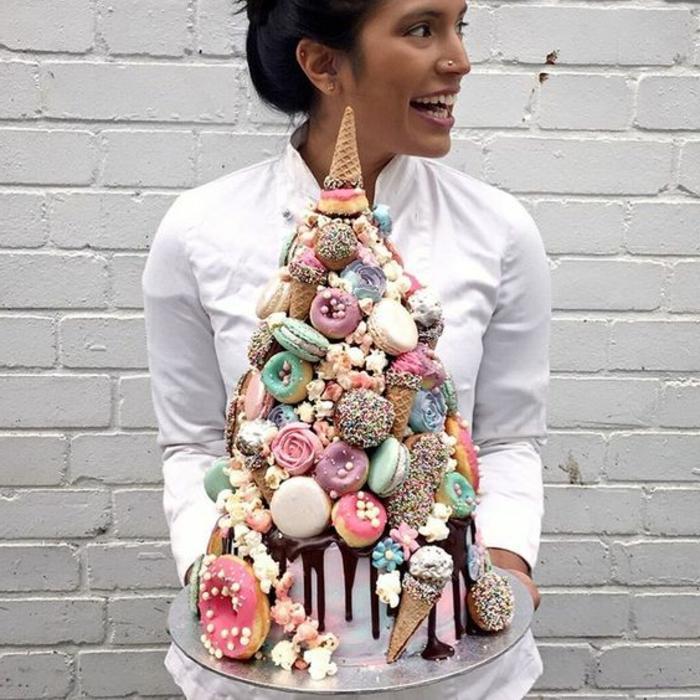 ein mädchen mit einer großen einhorn torte