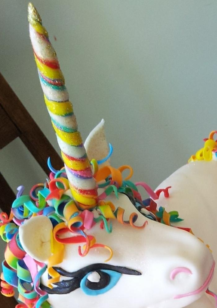 ein weißes einhorn mit einem regenbogenfarbenen horn - idee für eine einhorn torte