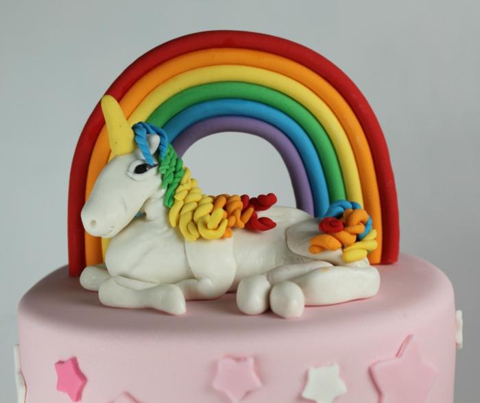 eine leckere einhorn torte mit weißem einhorn und regenbogen