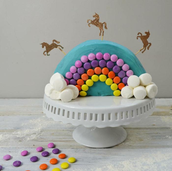 eine leckere torte mit einhörnern und regenbogen