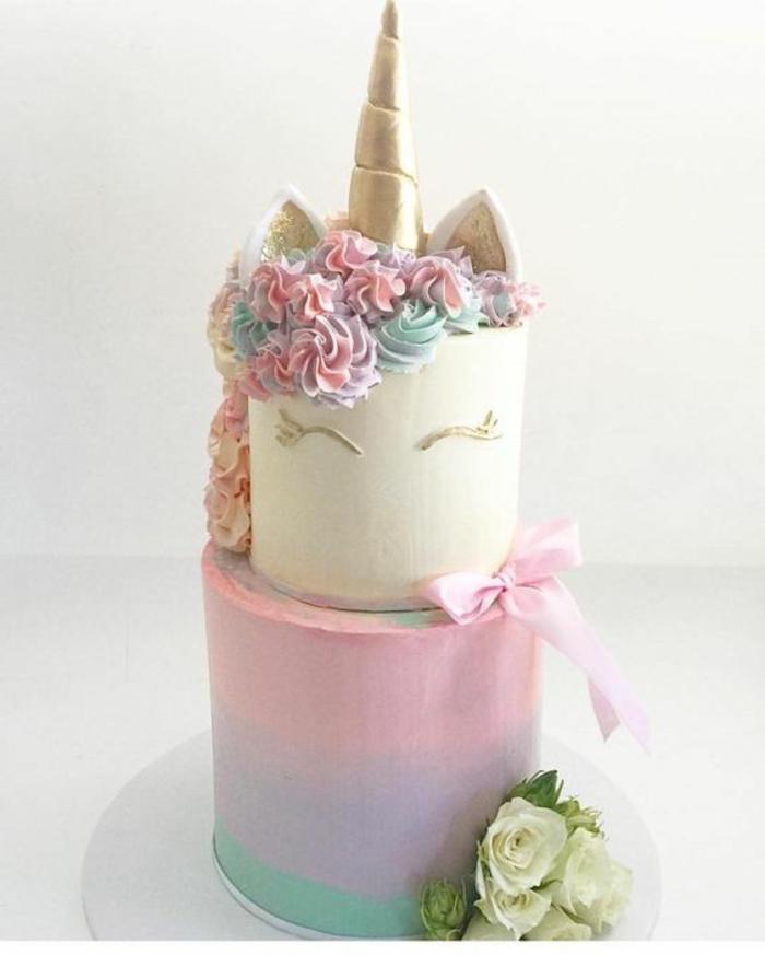 eine schöne einhorn torte mit blumen