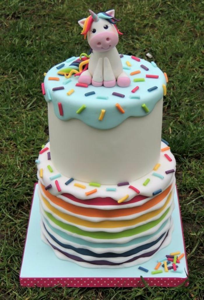 eine torte mit einem weißen einhorn