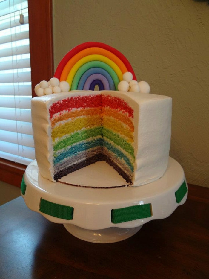 eine weiße regenbogenfarbene torte
