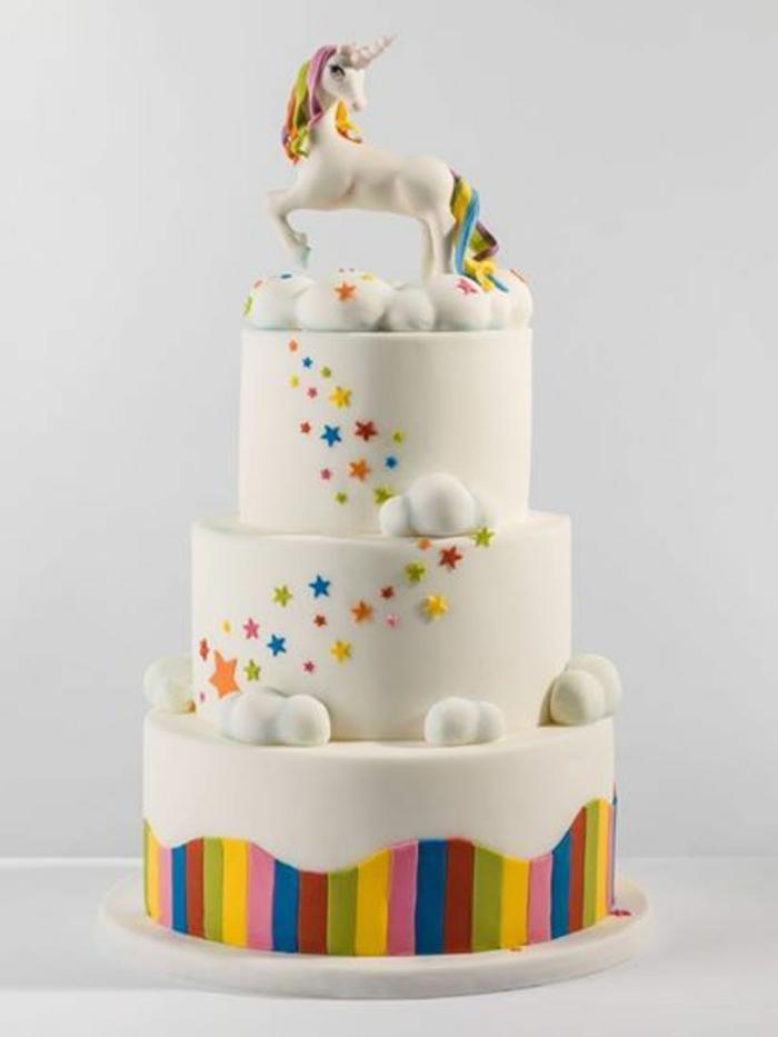 eine weiße torte mit einhorn