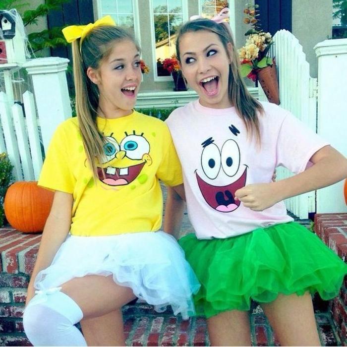 zwei Freundinnen mit Kostüme zum Selber Machen von Spongebob Schwammkopf