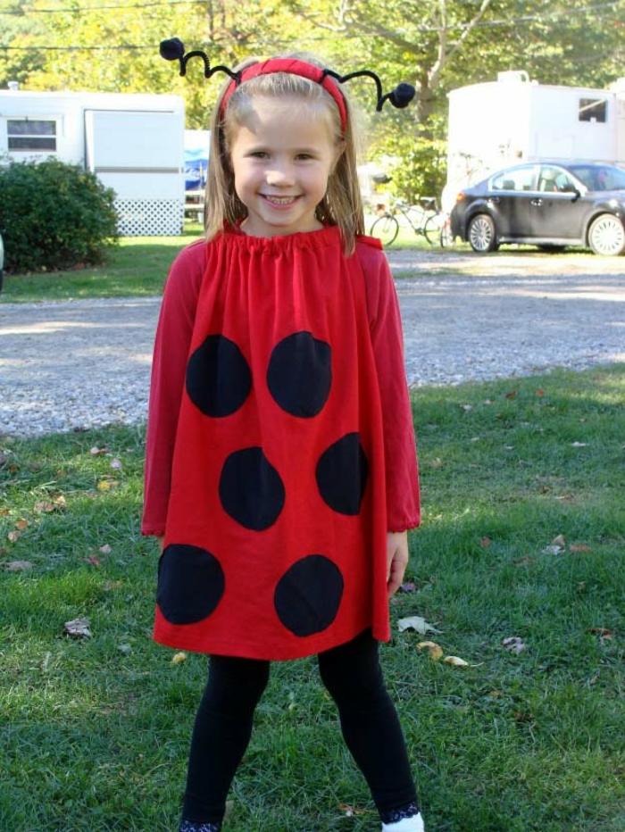 ein rotes Kleid und Haarspange - Marienkäfer Faschingskostüm zum Selbermachen