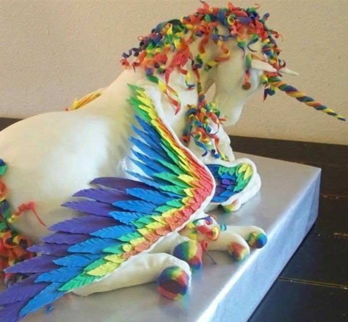 einhorn kuchen - hier ist ein weißes einhorn mit regenbogenfarbenen flügeln