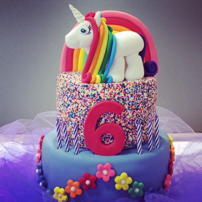 einhorn torte - hier ist eine torte mit farben und einem kleinen einhorn mit regenbogenfarbener mähne