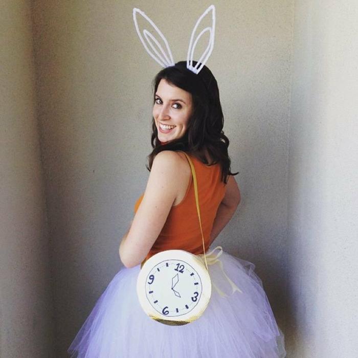 spielerisches Kostüm zum Fasching mit Ohren und eine Uhr
