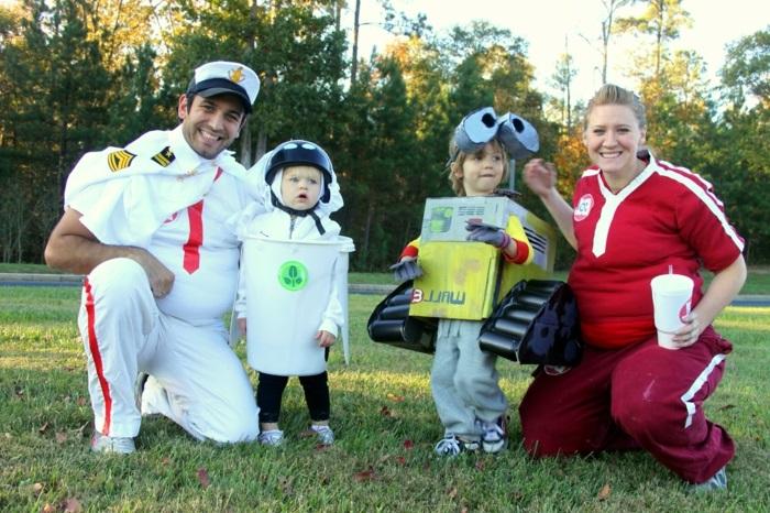 eine süße Familie aus dem Film Wall-E vekleidet Karnevalkostüme Gruppen