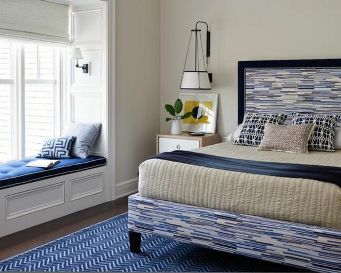 Schlafzimmer Sitzecke und Lampen kleine Matratze und Dekokissen