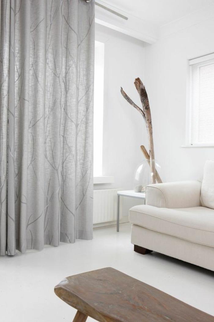 wohnzimmer einrichten - weißes sofa, hölzerner tisch, grauer vorhang