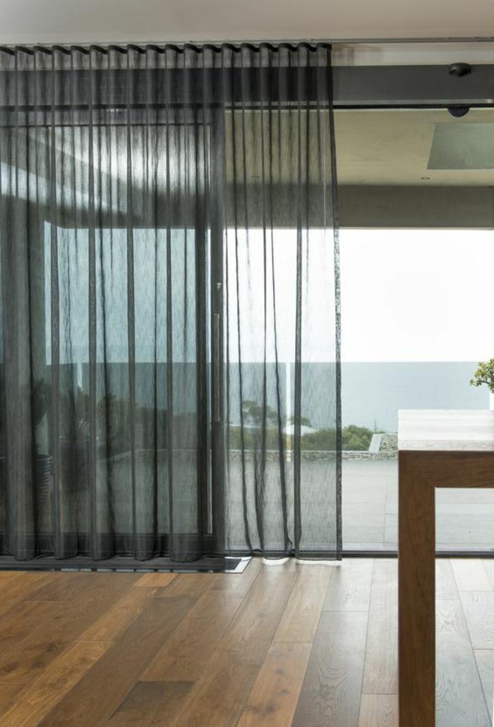 schöne fenstergestaltung mit schwarzen, transparenten gardinen