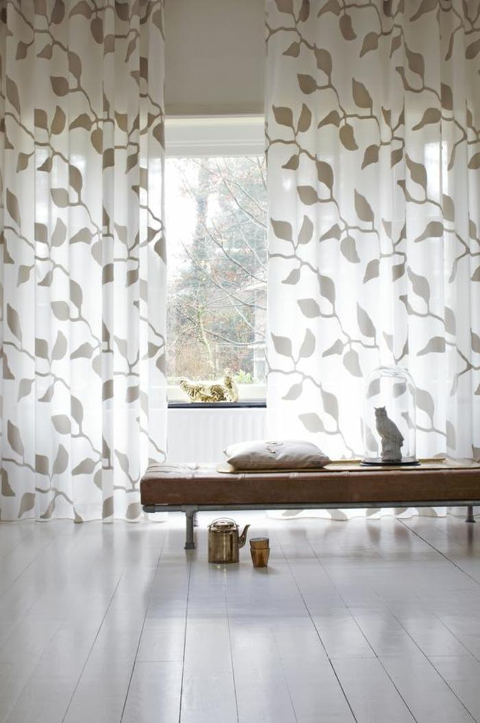 moderne vorhänge in weiß mit beigen blättern