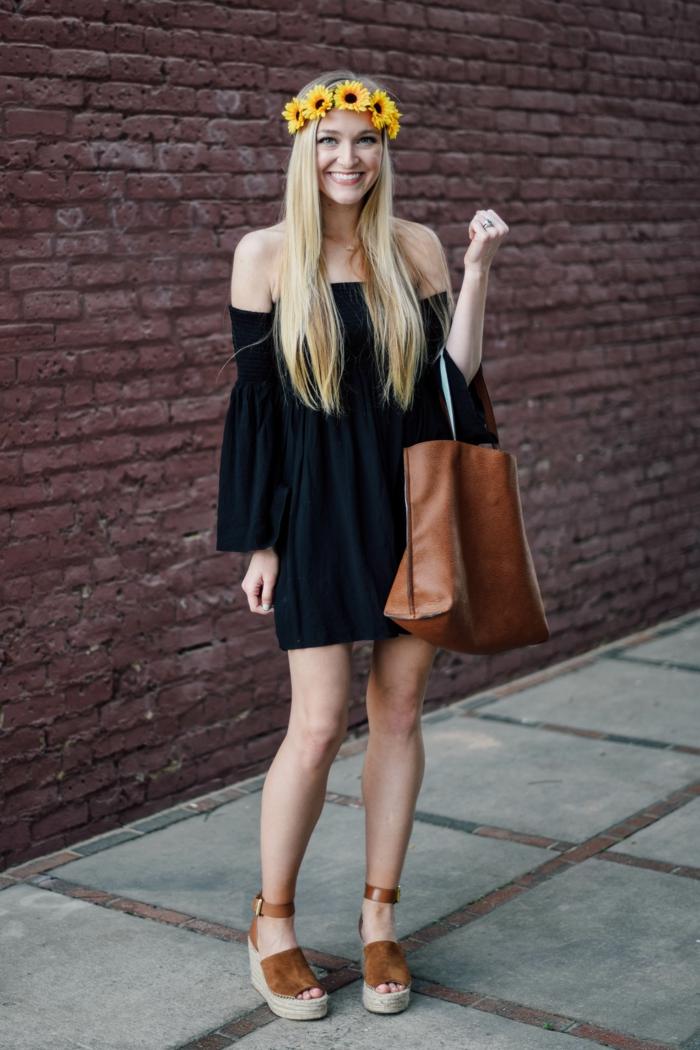 coachella festival schöne blonde frau sportlich elegant bekleidet braune sandalen braune ledertasche