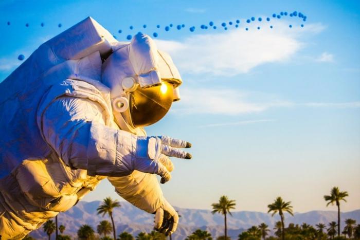 coachella festival palmen und schöne natur dekoration des festivals tolle astronaut blaue baloons