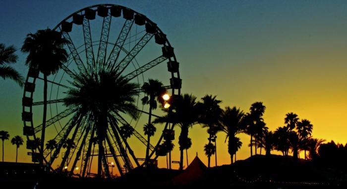 coachella festival beim sonnenuntergang schönes foto selber machen palmen schwarz blau gelb