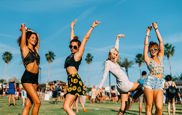 coachella festival dieses foto zeigt wie viel spaß die menschen auf coachella haben frohe frauen