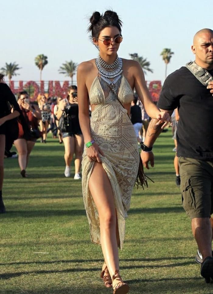 coachella festival kleid idee outfit für moderne junge frauen tolle frisur für lange haare armband