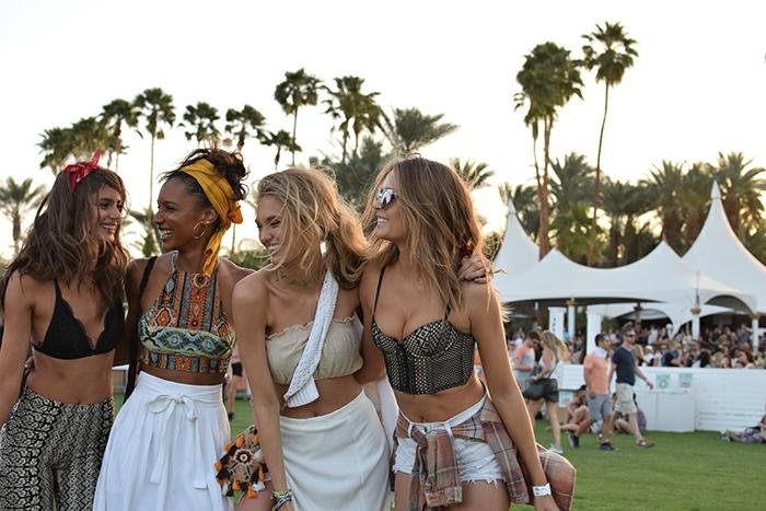 coachella festival die vier freundinnen haben tolle zeit zusammen das festival genießen tolle looks frauen