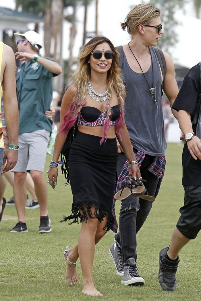 festival ideen tolle paare auf dem festival liebe mann und frau brille tragen und extravagante bekleidung