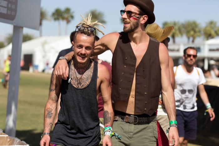 coachella bringt die mänschen näher neue freundschaften knüpfen zwei männer männerfrisur tattoo