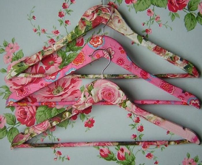 hier sind drei schöne kleiderhalter mit pinken servietten ind rosen