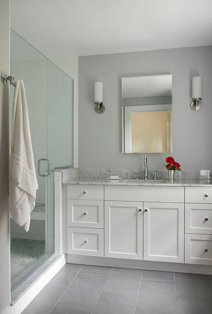 die Duschkabine ist ganz gefliest mit verschiedenen Arten von Kacheln - Bäder Ideen