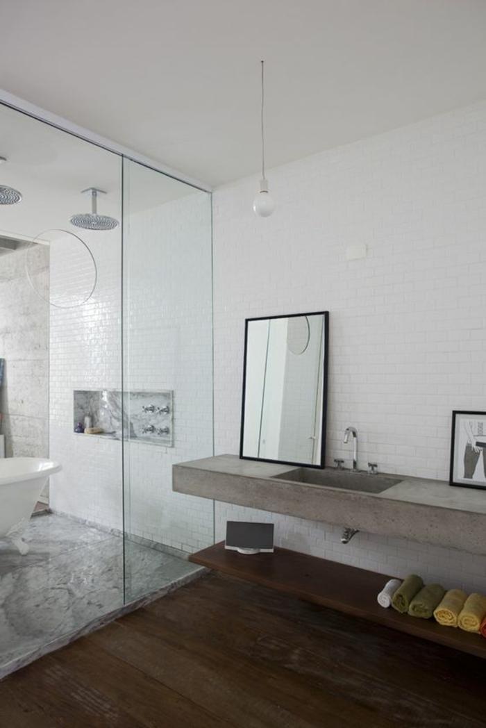 weiße Kacheln wie Backsteine graue Bodenkacheln modernes Badezimmer