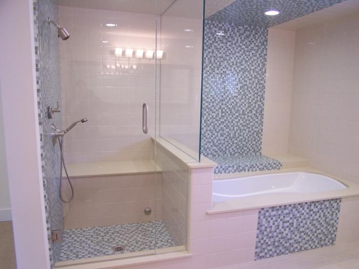 zwei Arten von Bad Fliesen Beispiele - große und Mosaik Kacheln in blauer und weißer Farbe