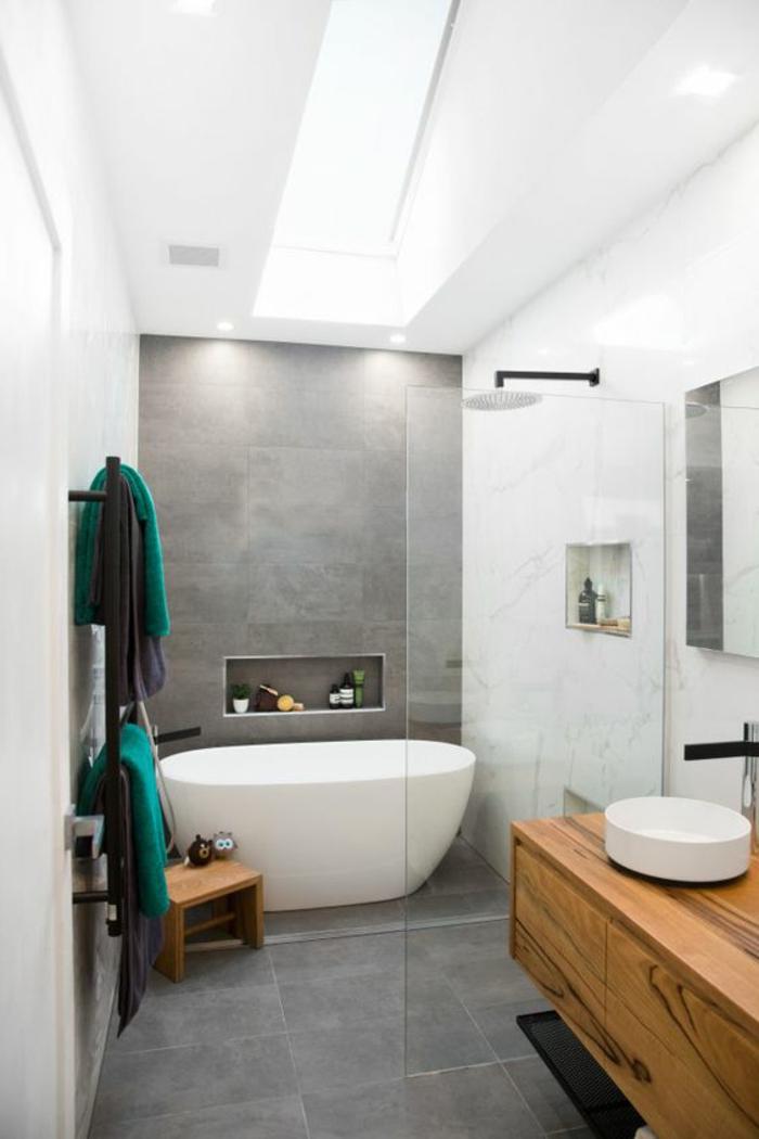 Glas als Raumteiler, graue und weiße Kacheln - Bad Fliesen Beispiele